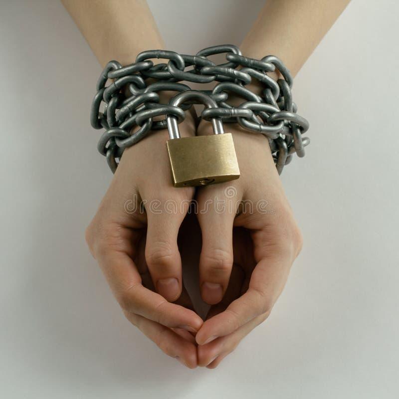 Le mani della donna incatenata fotografia stock libera da diritti