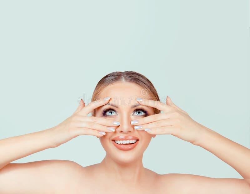 Le mani della donna sul fronte che mostra il manicure gelificano le unghie di arte che cercano sul fondo bianco verde chiaro, fan immagini stock libere da diritti