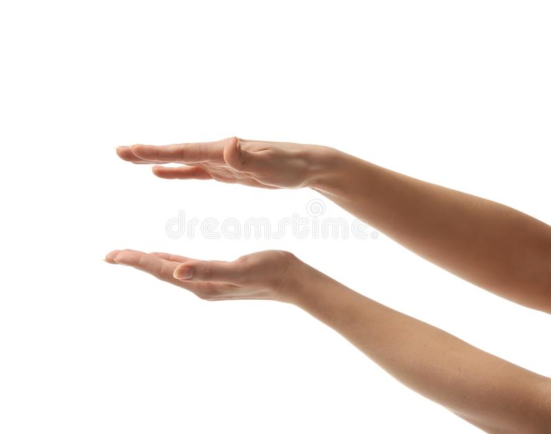 Le mani della donna tengono il biglietto da visita virtuale del segno invisibile ed aprono la palma fotografie stock libere da diritti