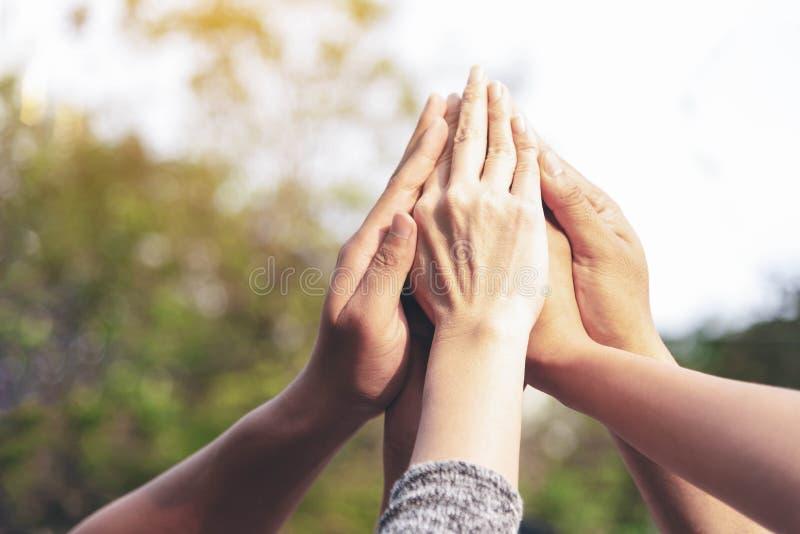 Le mani della gente montano come concetto di lavoro di squadra di riunione del collegamento Gruppo di mani dell'assemblea popolar fotografie stock