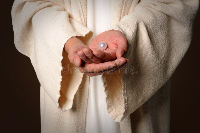 Le mani della perla della holding del Jesus fotografia stock libera da diritti