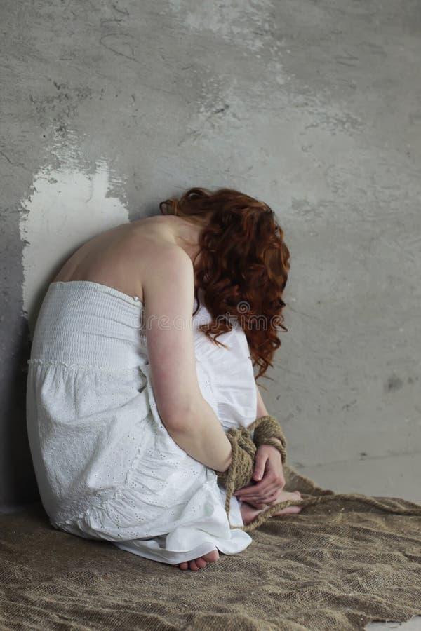 Le mani della ragazza limitano il prigioniero immagine stock libera da diritti