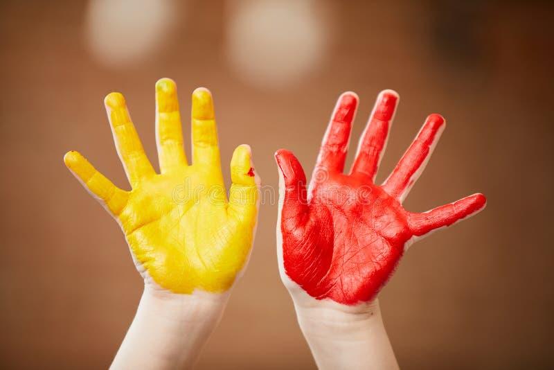 Le mani di Childs hanno dipinto fotografia stock libera da diritti