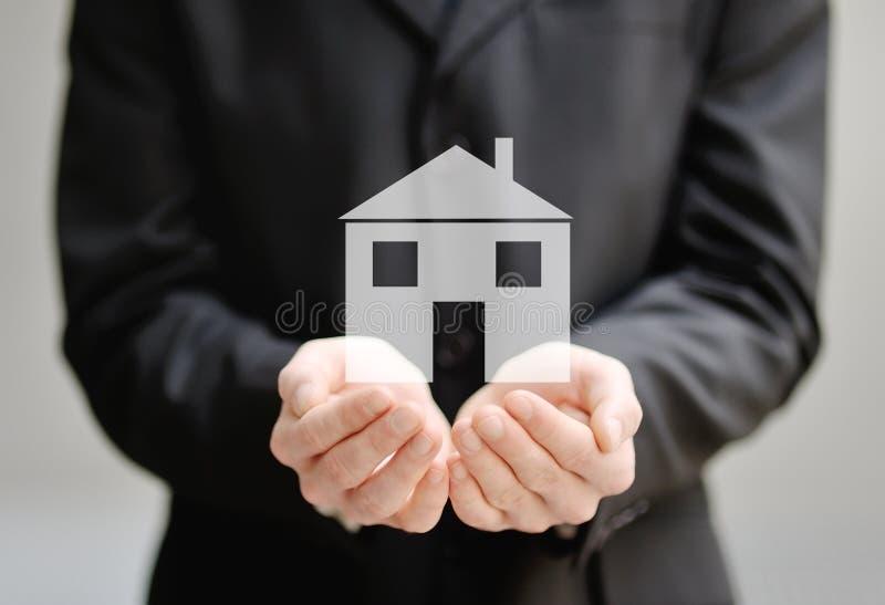 Le mani di un uomo che tiene un 39 assicurazione e un for Concetto casa com