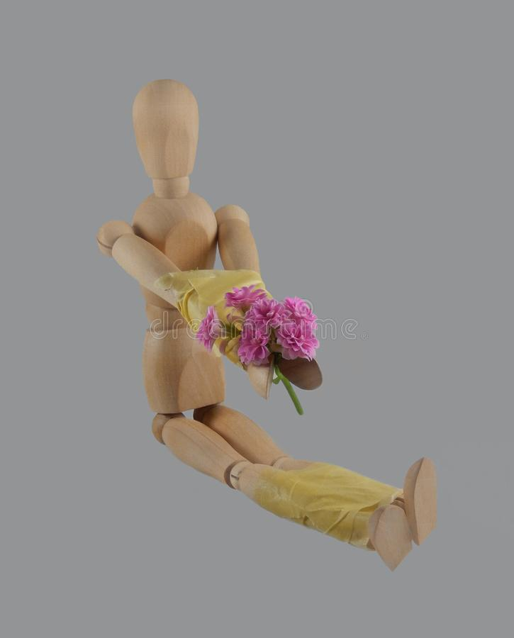 Le mani ed i piedi del ` s del burattino hanno legato con nastro adesivo di condotta fotografia stock libera da diritti