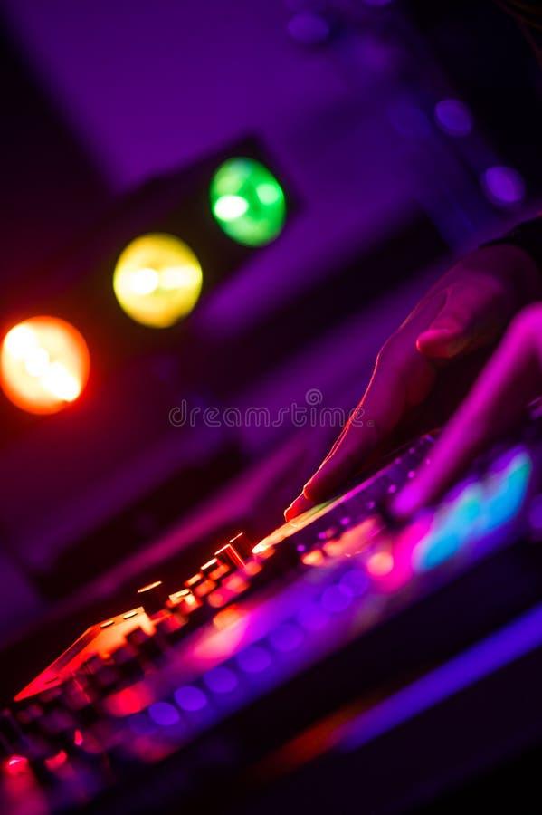 Le mani ed il disc jockey del dito alla piattaforma girevole DJ gioca al night-club immagini stock libere da diritti
