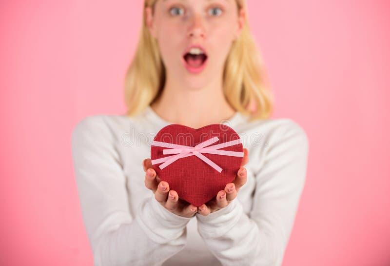 Le mani femminili tengono il contenitore di regalo Pronto qualche cosa di speciale per lui Regalo dei biglietti di S. Valentino p fotografie stock libere da diritti