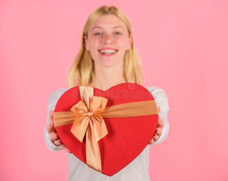 Le mani femminili tengono il contenitore di regalo Pronto qualche cosa di speciale per lui Lei persona romantica Regalo dei bigli fotografie stock