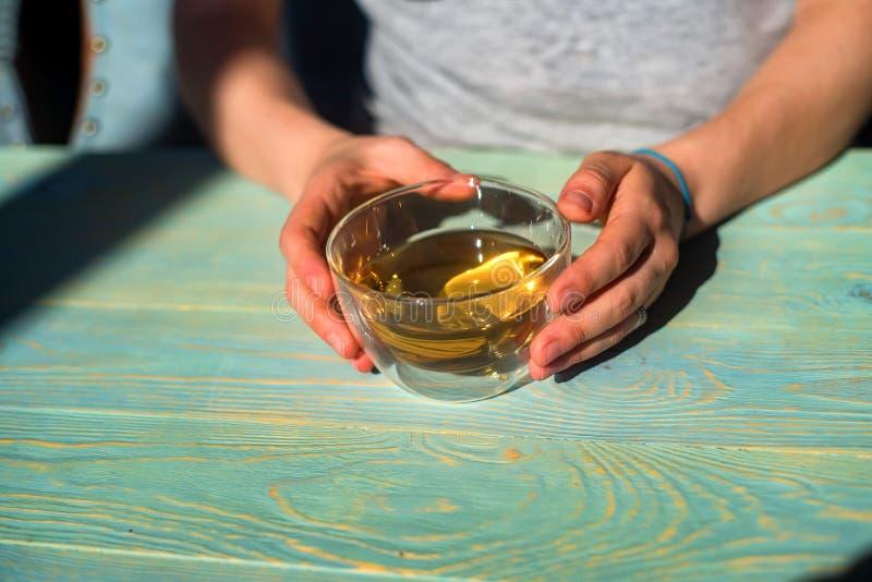 Le mani femminili tengono una tazza di tè fotografie stock
