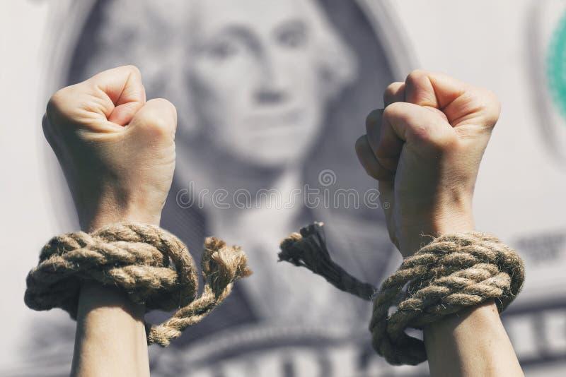 Le mani hanno rotto i fetters contro lo sfondo del dollaro immagini stock libere da diritti