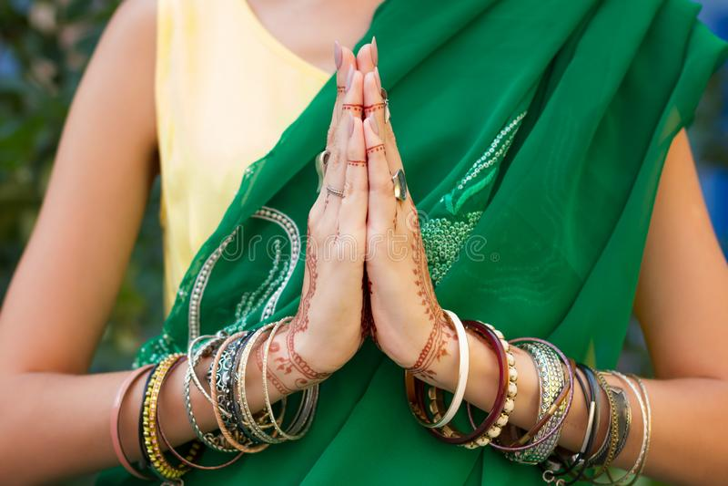 Le mani indiane con il mehendi disegna e braccialetti fotografia stock libera da diritti