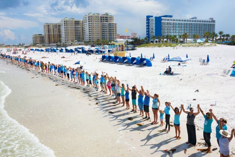 Le mani lungo l'acqua in Clearwater tirano Florida in secco per protestare il tox immagine stock