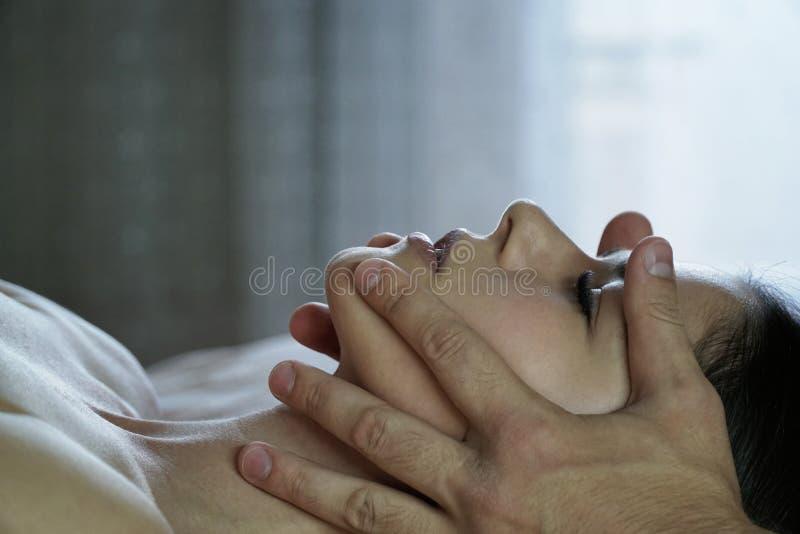 Le mani maschii fanno un massaggio di fronte per la ragazza fotografia stock