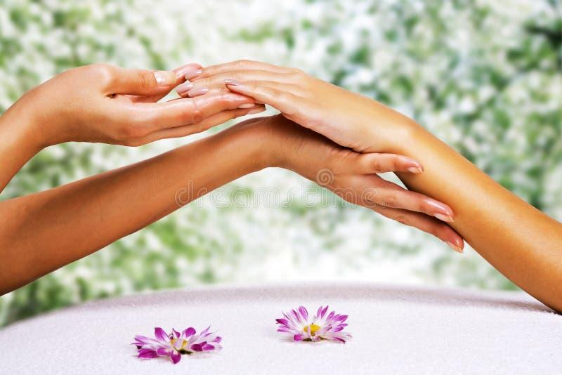 Le mani massaggiano nel salone della stazione termale immagini stock