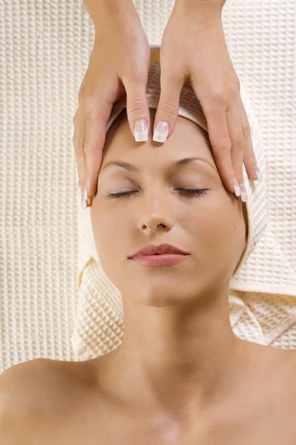 Le mani massaggiano sulla testa fotografia stock libera da diritti