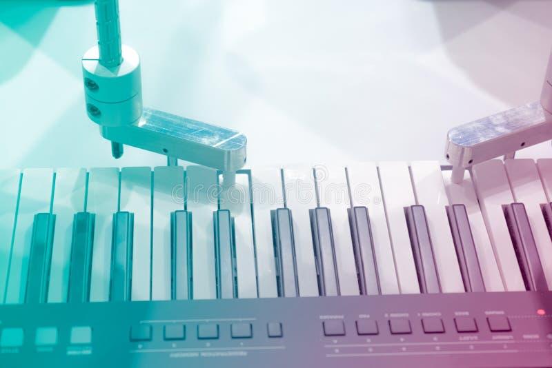 Le mani meccaniche di un robot che gioca il piano fotografia stock