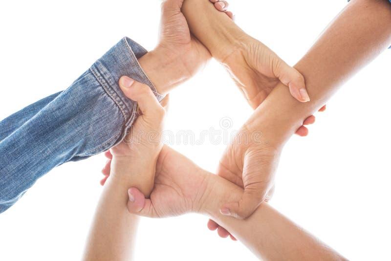 Le mani nell'afferrare e nella tenuta del polso insieme nell'unità del mondo e nel fondo della cooperazione di pace hanno isolato immagine stock libera da diritti