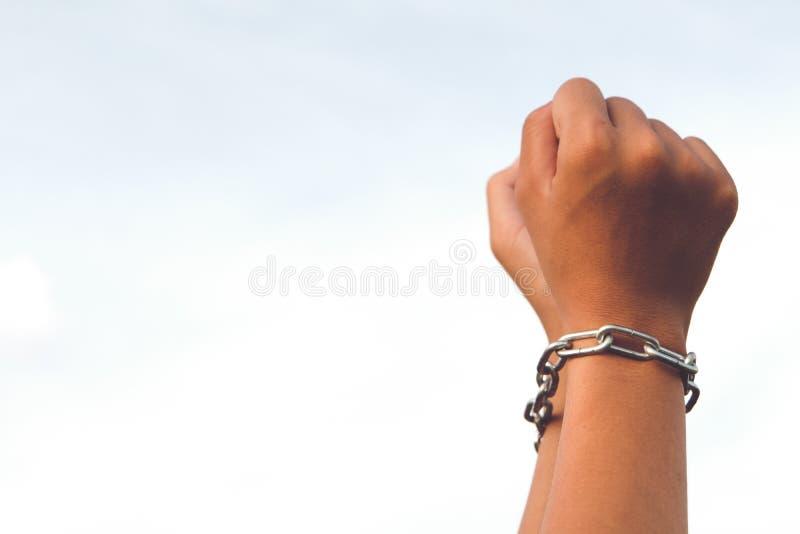 Le mani non sono libere erano bloccate dalla catena fotografia stock