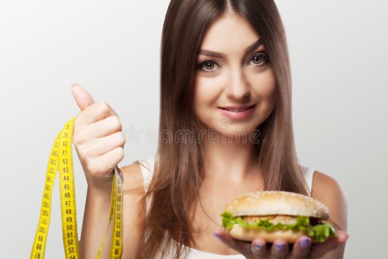 Le mani offrono ad una mela l'alimento ed i dolci sani alimento non sano t immagini stock libere da diritti