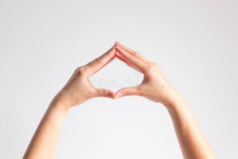 Le mani posano la punta delle dita impiombano per essere struttura di forma della vanga su fondo bianco immagine stock