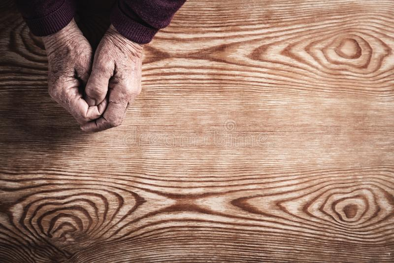 Le mani pregare della donna anziana Concetto di religione immagini stock
