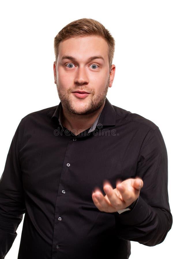 Le mani sorridenti e di diffusione dell'uomo barbuto non conoscono che cosa dire nella risposta Linguaggio del corpo immagine stock libera da diritti