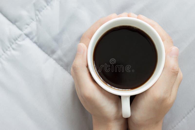 Le mani tengono una tazza di caffè fotografie stock libere da diritti