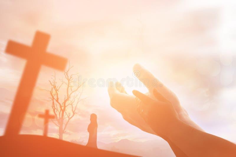 Le mani umane aprono il culto alto della palma La terapia dell'eucaristia benedice Dio lui immagine stock libera da diritti