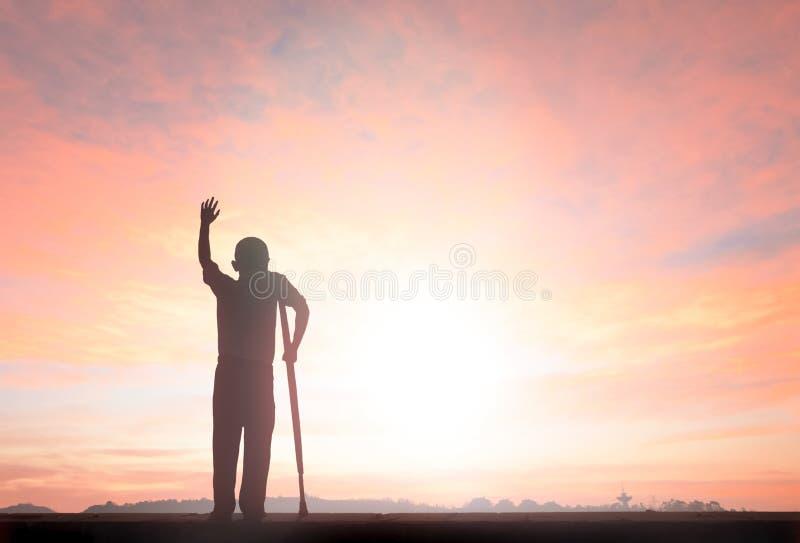 Le mani umili di aumento dell'uomo di libertà della siluetta su ispirano il buongiorno fotografie stock