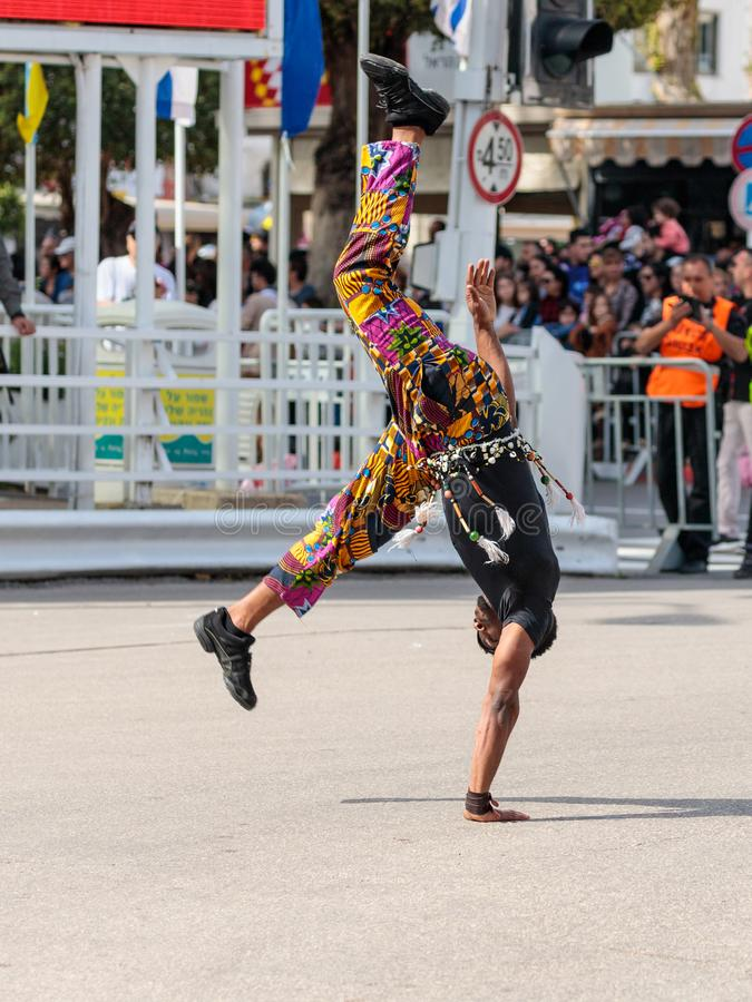 Le manifestazioni che del ballerino della via la sua arte al festival di Adloyada si è vestita come gli esploratori vanno con i t fotografia stock libera da diritti