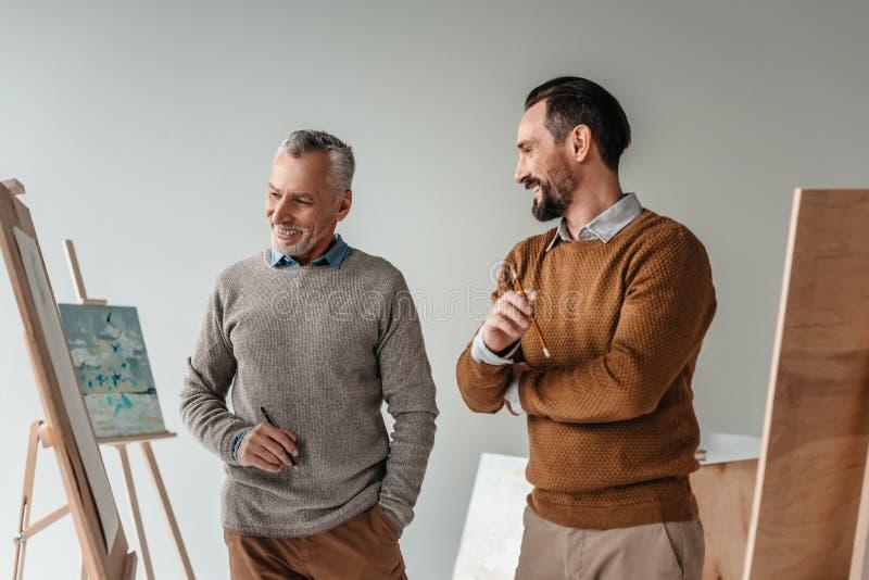 le manliga höga konstnärer som tillsammans står arkivbilder