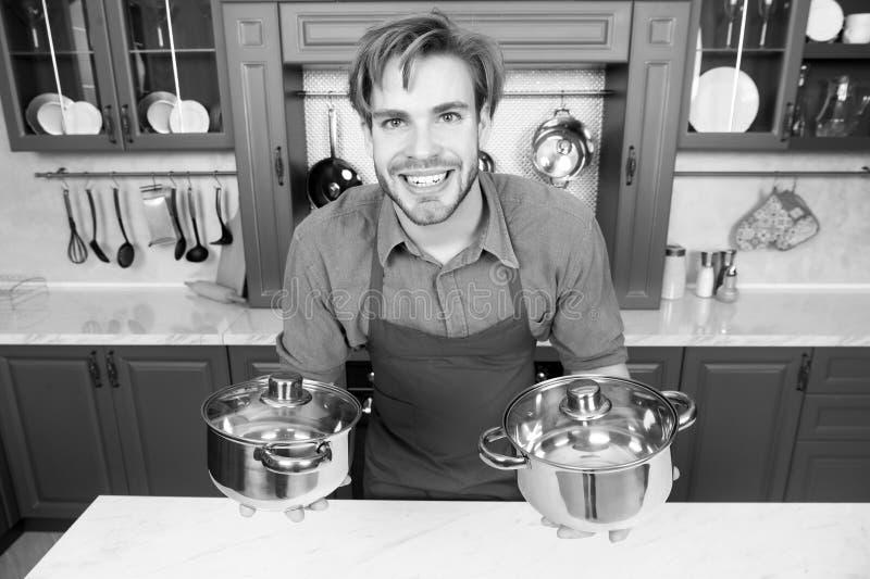 Le manliga pannor för kockkockinnehav Ingredienser och kök bearbetar på vitbakgrund arkivfoto