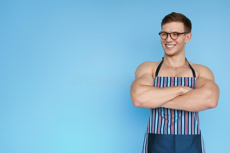 Le mannen i förkläde på blått royaltyfria bilder