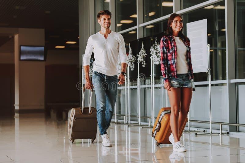 Le mannen och kvinnan går på ferie fotografering för bildbyråer