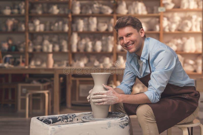 Le mannen på keramiker`en s rulla arkivbilder
