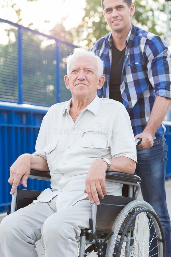 Le mannen på rullstolen arkivfoton