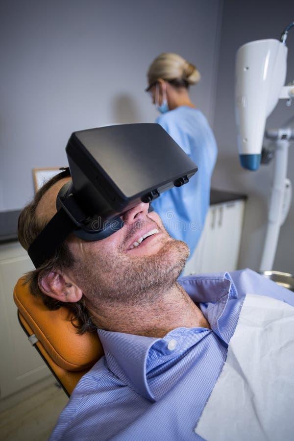 Le mannen som använder virtuell verklighet fotografering för bildbyråer