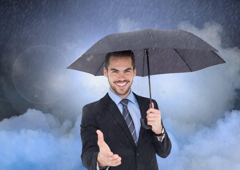 Le mannen som erbjuder hans hand som rymmer ett paraply royaltyfria bilder