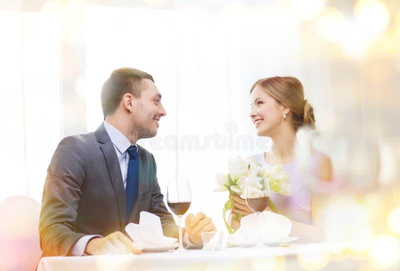 Le mannen som ger blommabuketten på restaurangen royaltyfri fotografi