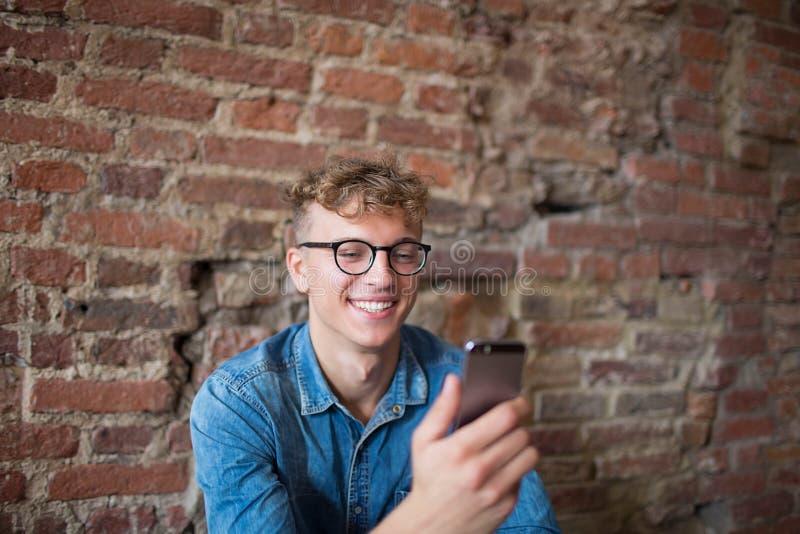 Le mannen som har den videopd appellen på mobiltelefonen Positiv manlig användande celltelefon för on-line konversation arkivfoto