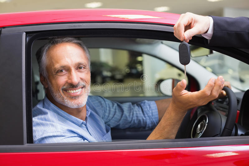 Le mannen som kör en bil medan representant hans geende tangent arkivbilder