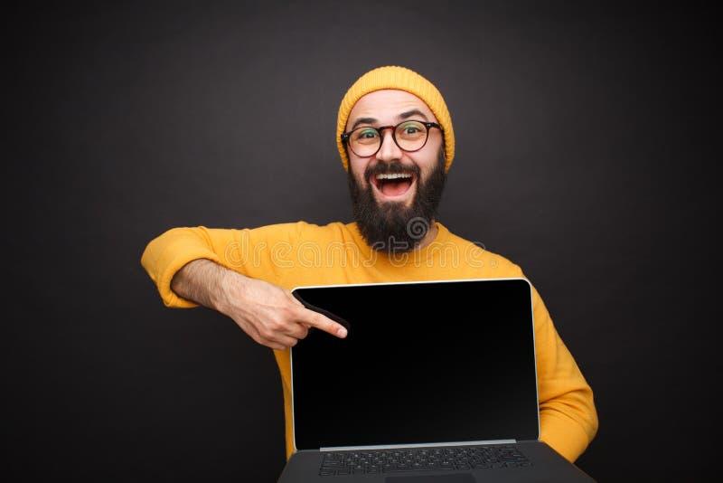 Le mannen som pekar på bärbara datorn arkivfoto