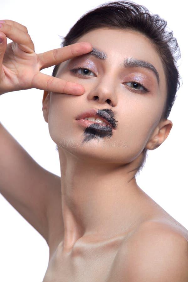 Le mannequin Girl de beauté avec le noir composent, de longs ivrognes Manucure à la mode de noir de caviar de mode Clouez l'art R photo stock