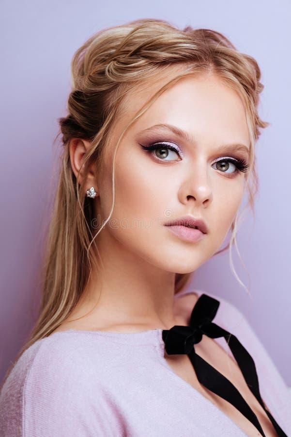 Le mannequin mignon de beauté avec la mode composent image stock