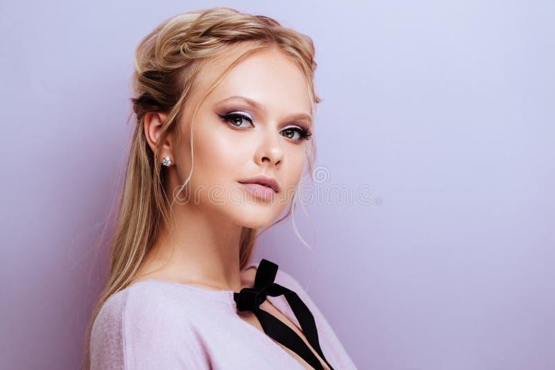 Le mannequin mignon de beauté avec la mode composent images stock