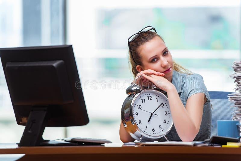 Le manqu de femme d'affaires de femme pour respecter ses dates-butoirs photographie stock