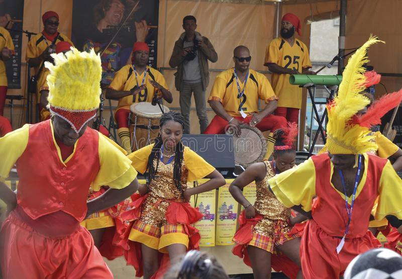 LE MANS, ΓΑΛΛΙΑ - 22 ΑΠΡΙΛΊΟΥ 2017: Καραϊβικός χορός χορού μουσικών τζαζ Evropa φεστιβάλ που παίζουν τα τύμπανα και χορευτών στοκ εικόνα