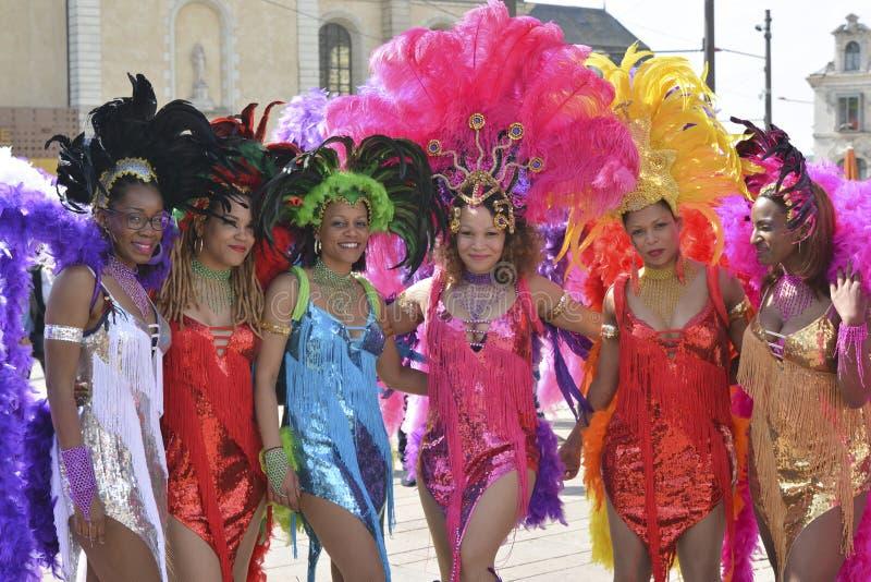 LE MANS, ΓΑΛΛΙΑ - 22 ΑΠΡΙΛΊΟΥ 2017: Τζαζ της Ευρώπης φεστιβάλ οι χορευτές γυναικών στο καραϊβικό λαμπρό φόρεμα στοκ εικόνες