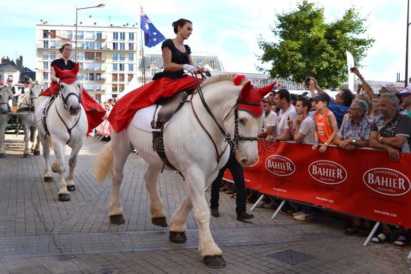 LE MANS, ΓΑΛΛΙΑ - 13 ΙΟΥΝΊΟΥ 2014: Άσπρο άλογο με τον αναβάτη Παρέλαση του αγώνα πιλότων στοκ εικόνα με δικαίωμα ελεύθερης χρήσης
