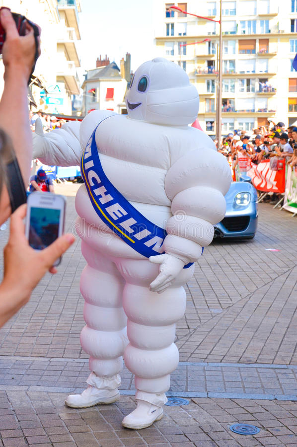 LE MANS, ΓΑΛΛΙΑ - 13 ΙΟΥΝΊΟΥ 2014: Άτομο Michelin σε μια παρέλαση του αγώνα πιλότων στοκ εικόνες